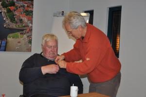Evert krijgt het lintje opgespeld door Jan Haverkate.